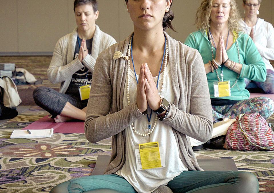 Dlaczego śpiewamy mantrę na początku i końcu zajęć jogi?